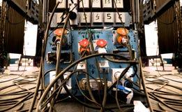 equipo de sonido Caos del cable en etapa Fotos de archivo