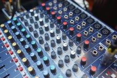 Equipo de sonido para conectar sistemas y los micrófonos acústicos durante el conce Fotografía de archivo