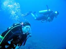 Equipo de submarinismo en el azul Imagen de archivo