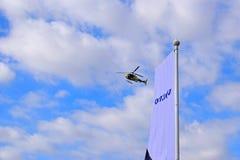 Equipo de televisión del helicóptero y bandera de Volvo Imagen de archivo libre de regalías
