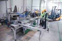 Equipo de trabajadores en fábrica del CNC fotos de archivo libres de regalías