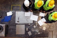 Equipo de trabajadores en la fábrica Foto de archivo libre de regalías