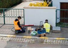 Equipo de trabajadores que trabajan en la puesta en práctica de cables de fribra óptica Fotografía de archivo libre de regalías