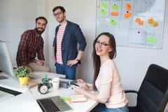 Equipo de tres colegas que trabajan en oficina moderna Imagen de archivo