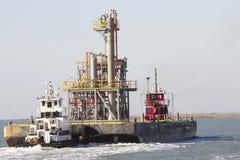 Equipo de Tug Boats Transporting Oil Platform Imágenes de archivo libres de regalías