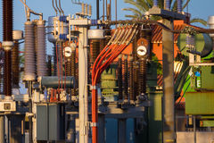Equipo de un alto voltaje de redes eléctricas Fotos de archivo libres de regalías