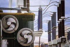 Equipo de un alto voltaje de redes eléctricas Imagenes de archivo
