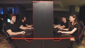 Equipo de videojugadores diversos del eSport que juegan a los videojuegos en una competencia cibernética del juego metrajes