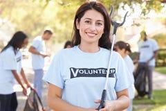 Equipo de voluntarios que cogen la litera en calle suburbana Imagen de archivo