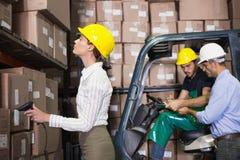Equipo de Warehouse que trabaja durante período ocupado Imagen de archivo libre de regalías