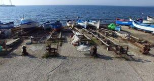 Equipo del amarre del embarcadero viejo del barco en Pomorie, Bulgaria almacen de metraje de vídeo