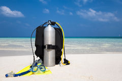 Equipo del buceo con escafandra en una playa Fotos de archivo