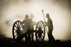 Equipo del cañón de la sepia en campo de batalla Foto de archivo