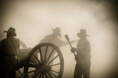 Equipo del cañón de la sepia en campo de batalla Imágenes de archivo libres de regalías