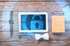 Equipo del caballero de los vidrios y del cuaderno de reloj de la tableta en la tabla de madera Fotos de archivo libres de regalías