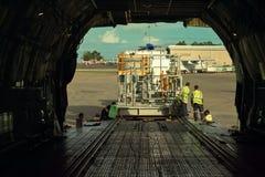 Equipo del cargamento para la construcción de la central eléctrica en la ciudad de Como (Papúa Nueva Guinea) Foto de archivo