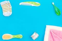 Equipo del cuidado personal de los niños Los accesorios del baño con los dientes cepillan en espacio azul de la copia de la opini fotos de archivo libres de regalías