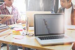 Equipo del diseñador gráfico, grupo de estudiantes, reunión del equipo del negocio Foto de archivo libre de regalías