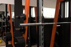 Equipo del entrenamiento en un gimnasio Barra de metal Foto de archivo