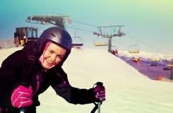 Equipo del esquí de la mujer que lleva y esquí en montañas que nievan Foto de archivo libre de regalías