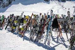 Equipo del esquí en estación de esquí Fotografía de archivo