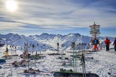 Equipo del esquí que pone en la nieve Fotos de archivo