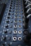 Equipo del estudio de grabación Consola de mezcla audio profesional Imágenes de archivo libres de regalías