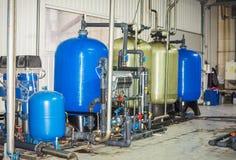 Equipo del filtro de la purificación del agua en taller de la planta imágenes de archivo libres de regalías