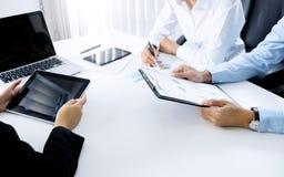 Equipo del funcionamiento de ventas del estudio de mercado, concepto de la reunión de negocios fotos de archivo