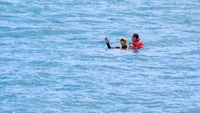 Equipo del helicóptero del rescate de Westpac y un hombre en el mar Foto de archivo