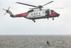 Equipo del helicóptero del rescate del guardacostas en la acción escocia Reino Unido Imagen de archivo