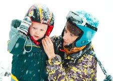 Equipo del invierno de la estación de esquí de la actividad de la diversión de la familia imagen de archivo