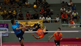 Equipo del jugador del takraw dos de Sepak, jugador que hace un servicio en los juegos nacionales de Tailandia, Chiang Rai Games  imágenes de archivo libres de regalías