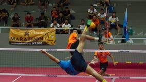 Equipo del jugador del takraw dos de Sepak, jugador que hace un servicio en los juegos nacionales 2018 de Tailandia, Chiang Rai G fotos de archivo libres de regalías