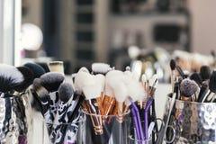 Equipo del maquillaje en la tabla Fotografía de archivo