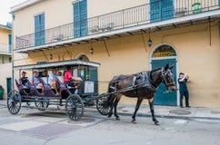 Equipo del montar a caballo Viaje de las calles del barrio francés de New Orleans Fotos de archivo libres de regalías