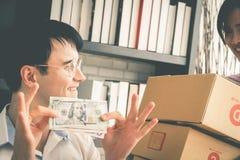 Equipo del negocio casero que comprueba la acción en negocio casero en línea imagen de archivo libre de regalías