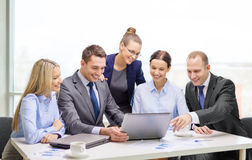 Equipo del negocio con el ordenador portátil que tiene discusión Imagen de archivo libre de regalías