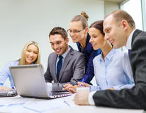 Equipo del negocio con el ordenador portátil que tiene discusión Imagenes de archivo