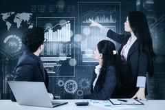Equipo del negocio con la carta virtual de las finanzas imagen de archivo libre de regalías