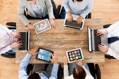 Equipo del negocio con los ordenadores de la PC del ordenador portátil y de la tableta imagen de archivo libre de regalías