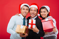 Equipo del negocio con los regalos de Navidad Imágenes de archivo libres de regalías
