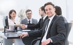 Equipo del negocio con un alto directivo en el primero plano foto de archivo libre de regalías