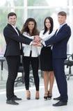 Equipo del negocio a cooperar en el trabajo en la empresa Imágenes de archivo libres de regalías