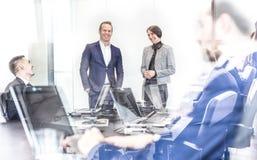 Equipo del negocio corporativo que tiene reunión informal de la oficina imagenes de archivo