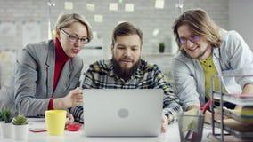 Equipo del negocio de gente joven que disfruta del trabajo junto, grupo de los millennials que habla divirtiéndose en la oficina  almacen de video