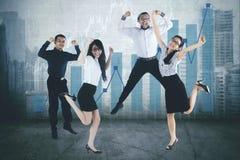 Equipo del negocio de la diversidad que celebra el éxito junto fotos de archivo