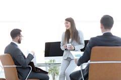 Equipo del negocio durante horas de oficina Imagen de archivo