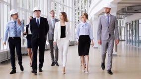 Equipo del negocio en cascos con el modelo en la oficina 59 metrajes