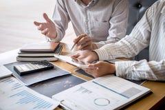 Equipo del negocio en el encuentro al proyecto del comercio de la inversi?n y a la estrategia de planificaci?n del trato en una b fotos de archivo libres de regalías
